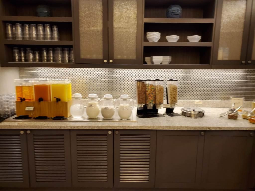 Hyatt Place, Washington DC, DC, Hotel, Resort, Breakfast Bar, Milk, juice, cereal,