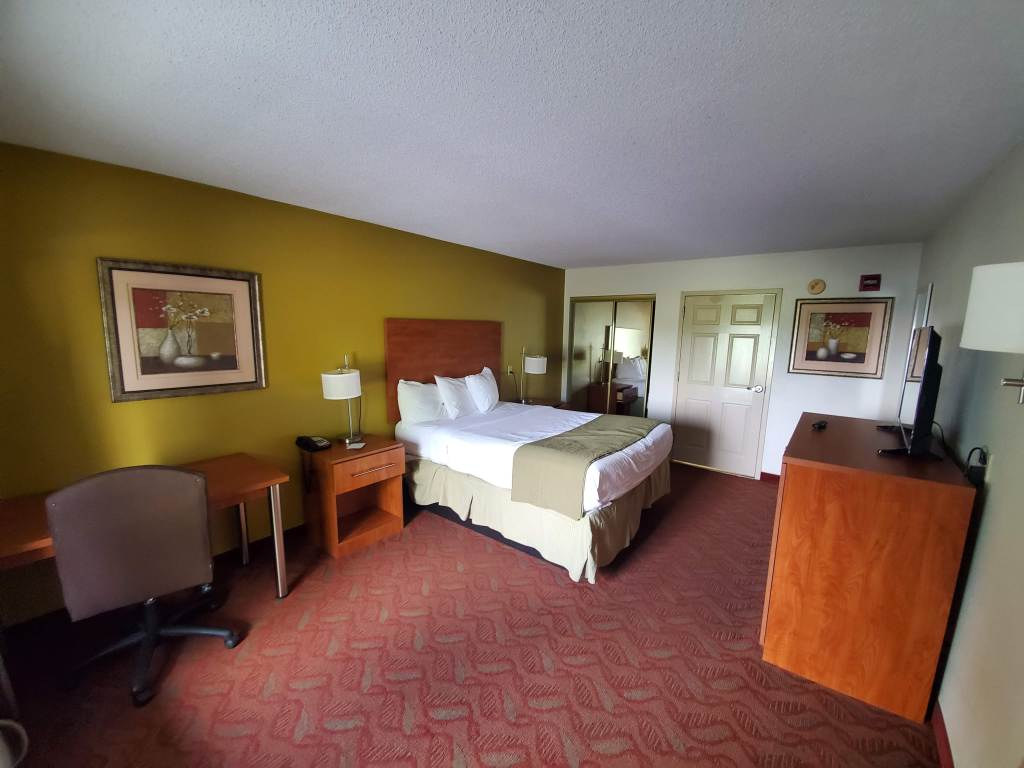 Baymont by Wyndham, Kentucky, Cave City, hotel room, queen bed,